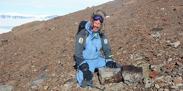 Palaeobiologist Thomas Mörs discovers fossilized tree trunks in today's Antarctica.  (Photo: Benjamin Bonfleur)
