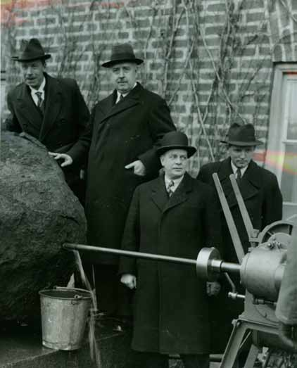 Drilling through the Ovifak iron boulder in the 1930:ies.